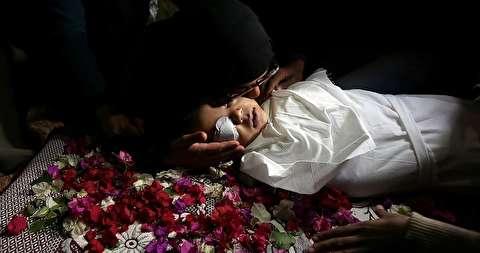 """تشييع حزين لطفل """"4 سنوات"""" قتله الاحتلال بغزة"""