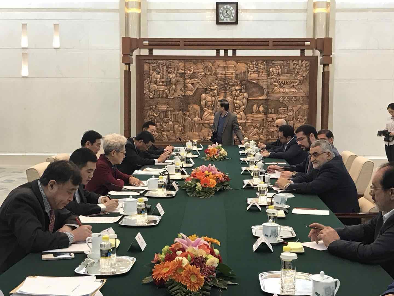 بروجردي يلتقي رئيس لجنة الشؤون الخارجية في المجلس الوطني الصيني
