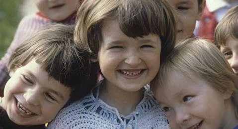 """أخصائي علم نفس يعطي 17 نصيحة """"مهمة"""" لزيادة ثقة الطفل بنفسه"""