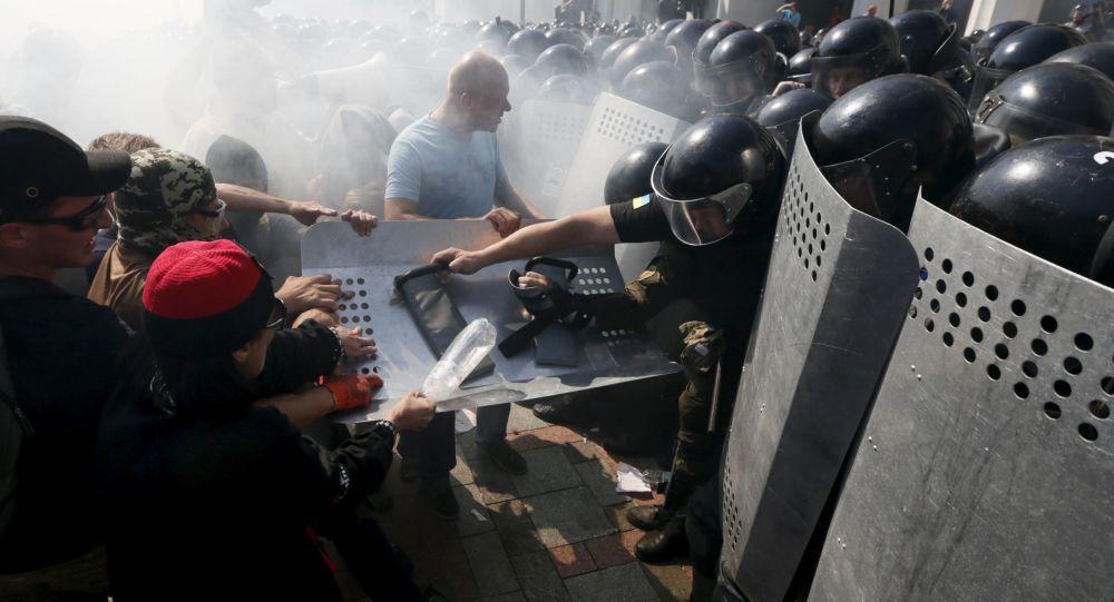 مظاهرات في أوكرانيا والشرطة تعتقل أكثر من 100 شخصا