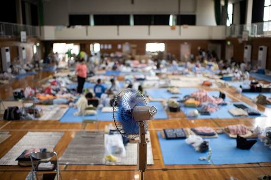 بالصور..رئيس الوزراء اليابانى يزور الملاجئ الأمنة لمتضررى الفيضانات