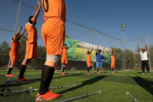 صور.. انطلاق تمارين أول فريق كرة قدم من مبتورى الأطراف فى غزة