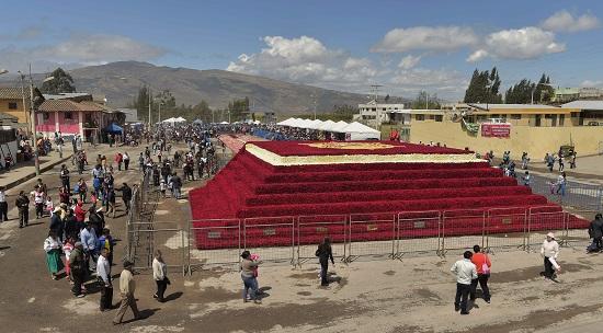 صور.. الإكوادور تشييد هرما من 500 ألف وردة لدخول موسوعة جينيس