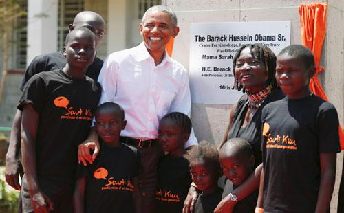 صور.. الرئيس الأمريكى السابق أوباما يزور مسقط رأس والده فى كينيا