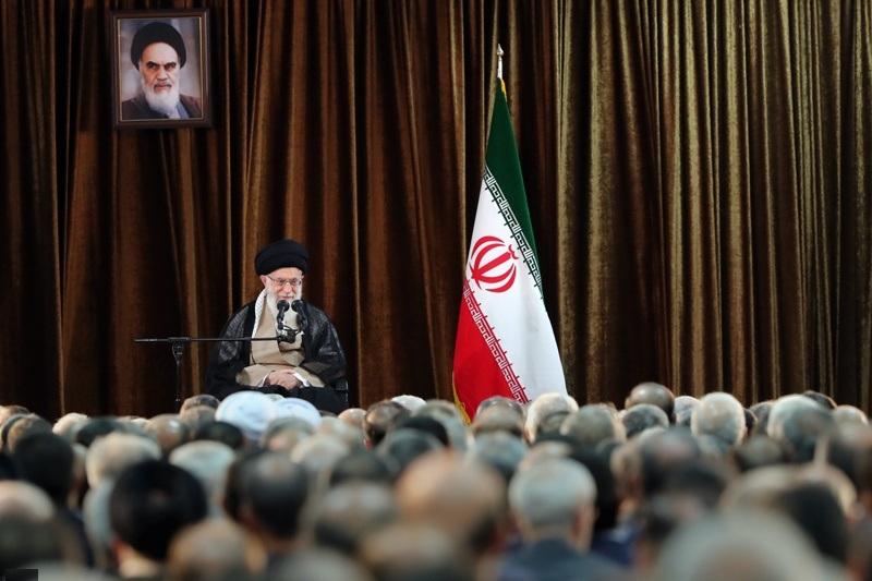 قائد الثورة الإسلامية يستقبل السفراء ومسؤولي وزارة الخارجية
