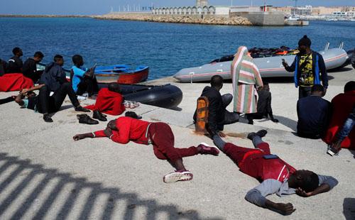 وصول عشرات المهاجرين إلى ميناء طريفة الإسبانى بعضهم فى حالة إعياء..بالصور