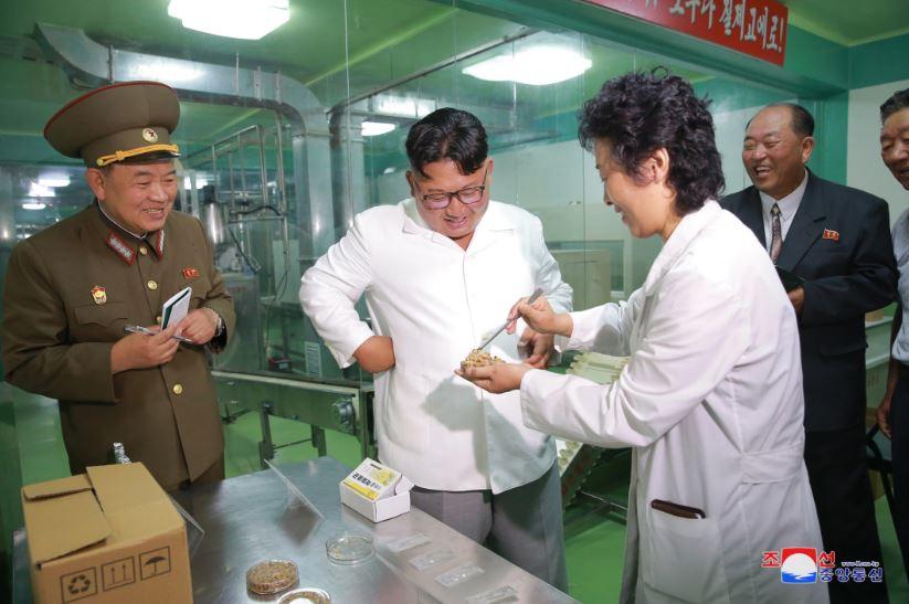بالصور.. كيم جونج أون يزور مصنع تابع للجيش الشعبى الكورى الشمالى