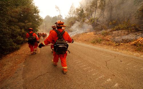 صور.. رجال الإطفاء تكافح حرائق غابات كاليفورنيا وآلاف السكان يفرون