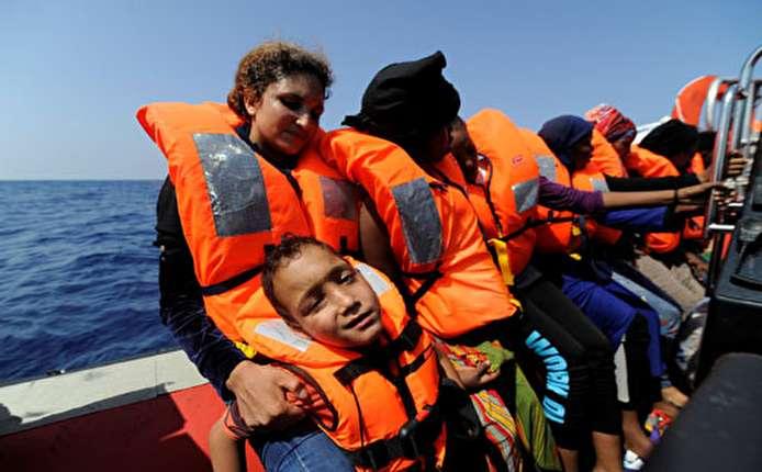 بالصور..سفينة إغاثة تنقذ 141 مهاجرا قبالة السواحل الليبية