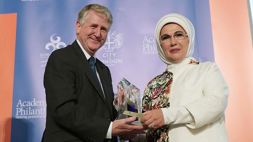 أمينة أردوغان تتسلم جائزة