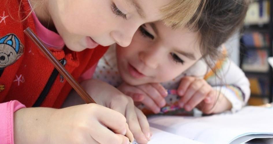دراسة جديدة: الفتيات أفضل من الفتيان بالقراءة والكتابة