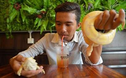 صور.. افتتاح مقهى يقدم المشروبات مع الثعابين الحية والزواحف فى كمبوديا