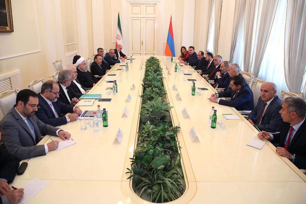 روحاني يدعو الى توسيع عقد تبادل الغاز والكهرباء مع أرمينيا ليشمل السلع والخدمات