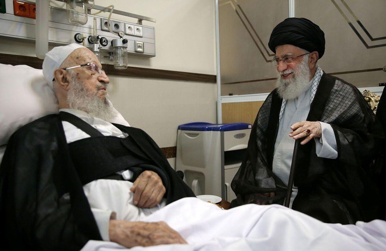 قائد الثورة يزور آية الله مكارم شيرازي في المستشفى