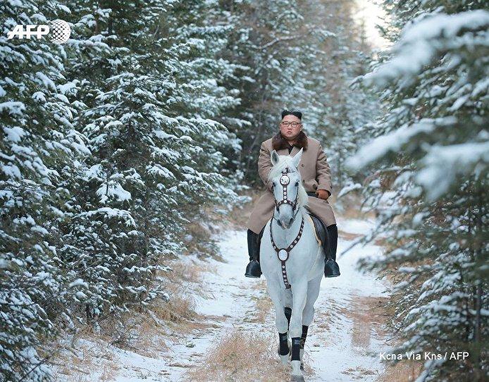 بالصور... زعيم كوريا الشمالية يمتطي حصانا أبيض وسط الثلوج