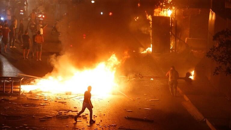 لبنان.. مواجهات بين المحتجين وشرطة مكافحة الشغب قرب مبنى الحكومة