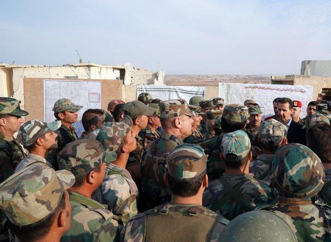 الأسد يتفقد الخطوط الأمامية ببلدة الهبيط في ريف إدلب (صورة)