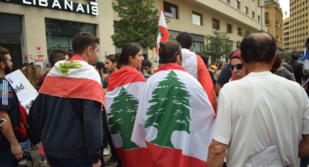 المتظاهرون يعاودون إقفال الطرقات في عدد من المناطق اللبنانية