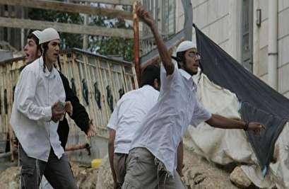 مستوطنون يهاجمون منازل اللسطينيين شرق الخليل بالحجارة