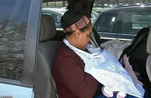 تصرف غريب لشرطي أمريكي حيال امراة ردا على إرضاعها طفلتها