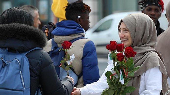 """""""تفضل أنا مسلم"""".. بالورود يتصدون للإسلاموفوبيا في بلجيكا"""