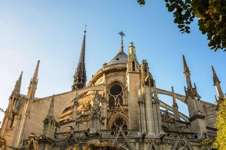 أشهر معالم باريس.. حريق هائل يلتهم أعرق كنيسة فرنسية