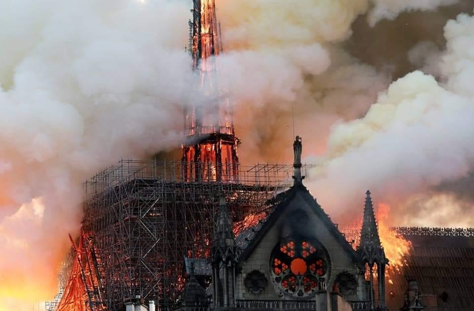 أشهر معالم باريس.. حريق هائل يلتهم أعرق كنيسة فرنسية+صور