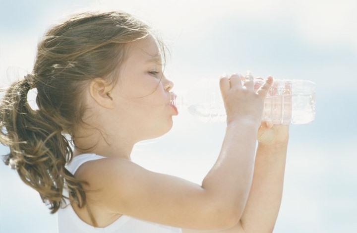 الأطفال الذين لا يشربون الماء يستهلكون 100 سعرة حرارية إضافية