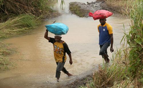صور.. هطول أمطار غزيرة على مناطق فى موزامبيق وشلل فى حركة الطيران