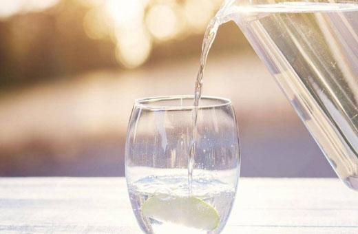 نشرب الماء البارد أم الدافئ؟.. خبراء يحسمون