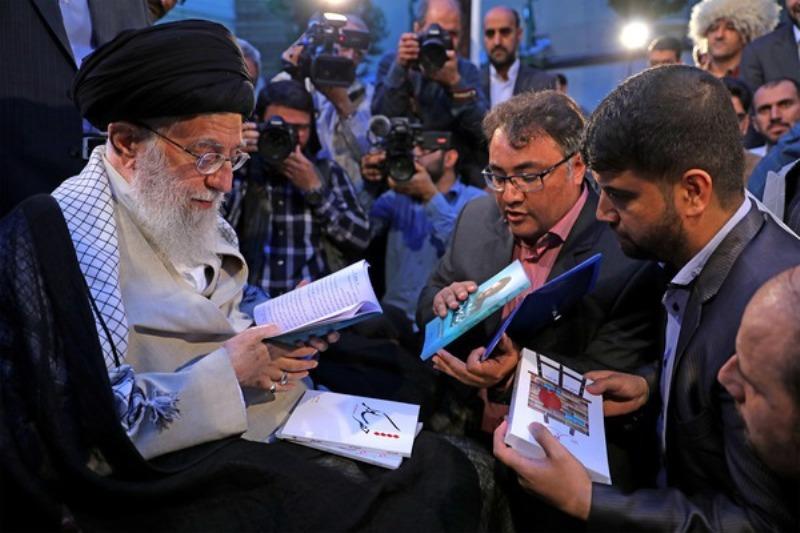 قائد الثورة: تقدم تیار شعر الثورة یبعث علی الأمل