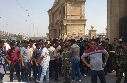 عاطلون عن العمل بالبصرة يتظاهرون امام ديوان المحافظة