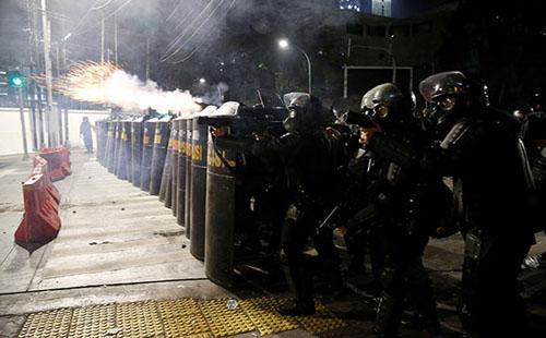 صور..اشتباكات عنيفة بين شرطة إندونيسيا ومحتجين