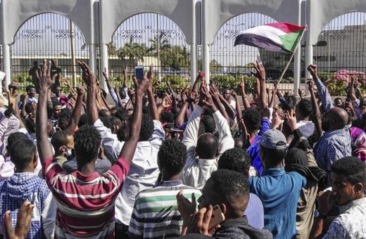 قتيل متأثرا بجراحه.. وتواصل الاعتصام أمام مقر الجيش بالخرطوم