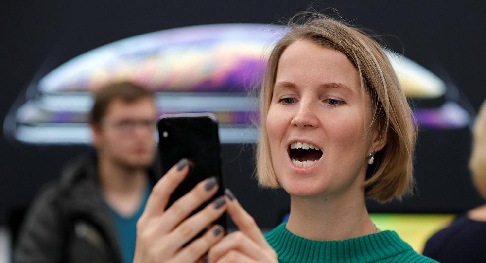 ضوء شاشات الهواتف له تأثير خطير على الجلد