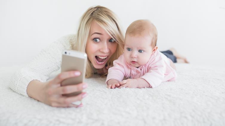 فكر مرتين.. لماذا يجب أن تستأذن طفلك قبل نشر أي شيء عنه؟