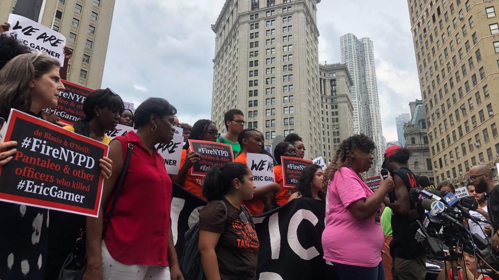 بالصور ... احتجاجات في شوارع نيويورك لعدم اتهام شرطى بقتل رجل أسود
