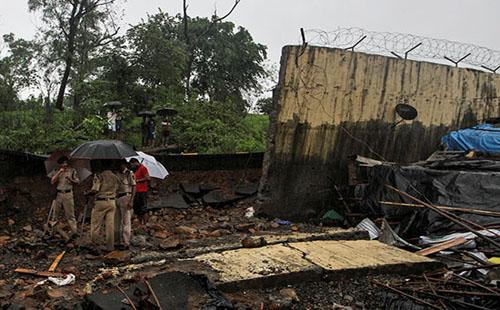 صور.. مصرع عشرات الهنود فى انهيار جدار على أكواخ عمال بسبب الأمطار