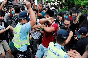 مواجهات بين الشرطة وآلاف المحتجين في شوارع مدينة بهونغ كونغ
