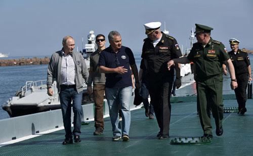 صور.. بوتين يتفقد غواصة سوفيتية غرقت منذ عام 1942 فى البحر الأسود