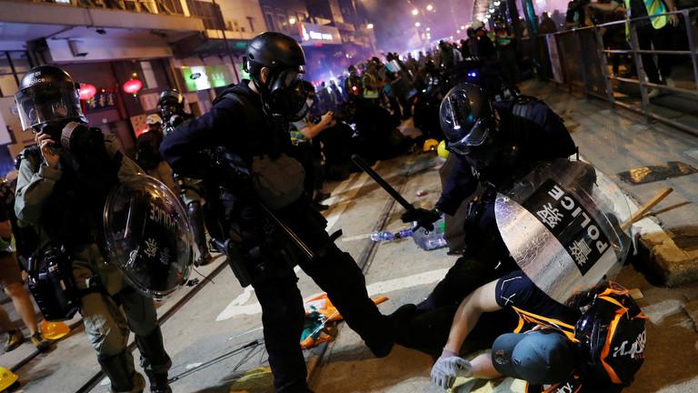 احتجاز 49 شخصا جراء الاحتجاجات غير المرخصة في هونغ كونغ