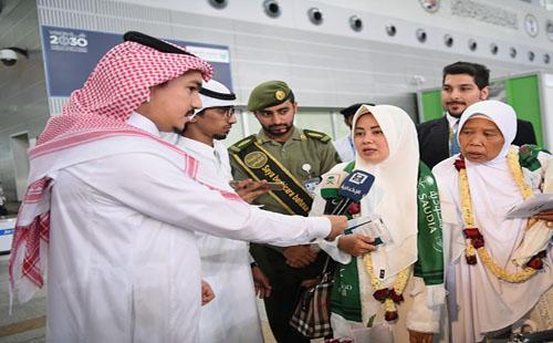 صور.. وصول مُعمر إندونيسى يبلغ 130 عامًا إلى السعودية لأداء مناسك الحج