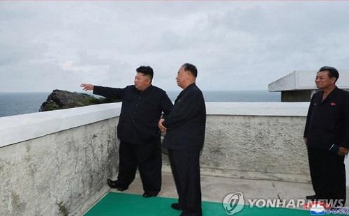 بالصور.. كيم يشرف على اختبار إطلاق