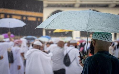 مشهد مبهج.. نزول مياه الأمطار من مزراب الكعبة .. صور
