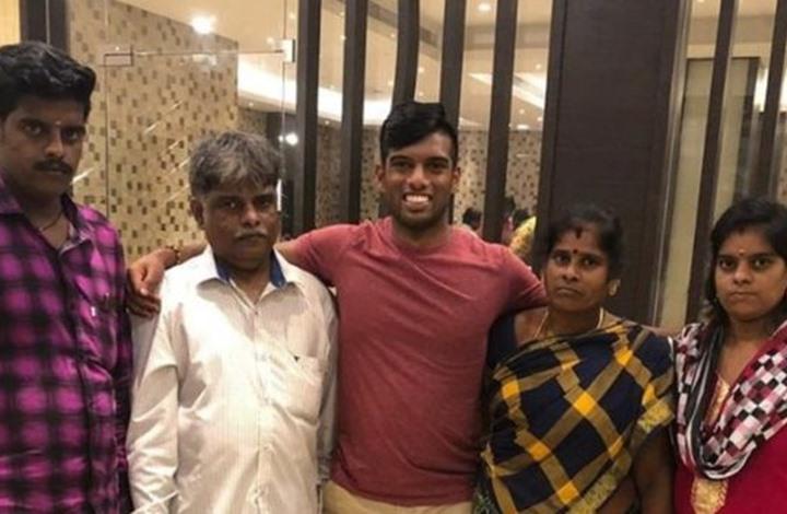 هندي يلتقي عائلته الأصلية بعد 20 عاما من اختطافه