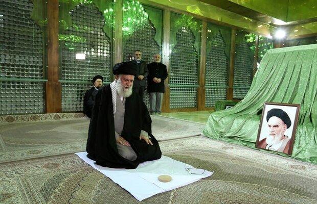 قائد الثورة يزور مرقد مفجر الثورة الإسلامية الامام الخميني (رض)