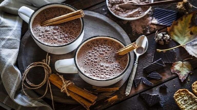 شرب الشوكولاتة الساخنة يوميا يعزز قدرة المشي لدى كبار السن