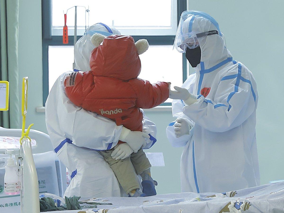 بالصور.. شفاء أصغر مصاب بفيروس كورونا.. طفل بعمر 67 يوماً