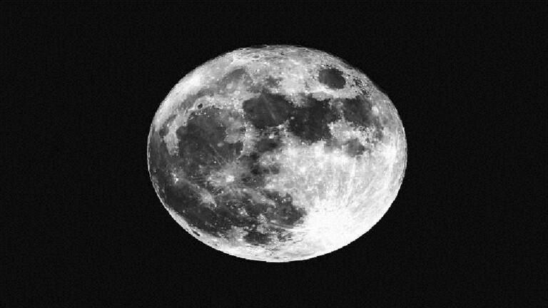 العلماء يسعون لاستخراج مياه من عينات عمرها 50 عاما من غبار القمر