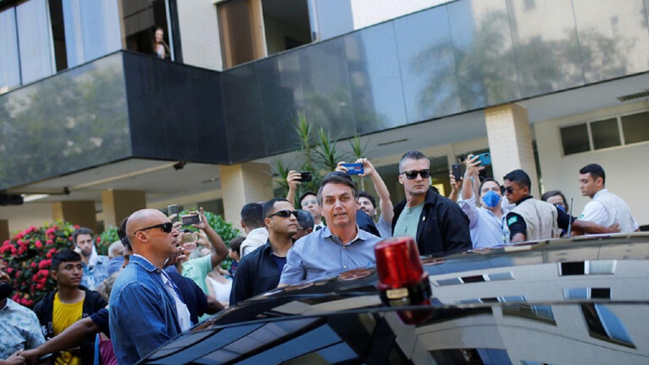 الرئيس البرازيلي يزور مستشفى بلا كمامات ويصافح المارّة بلا قفازات